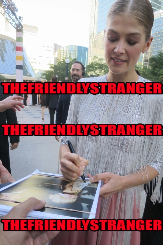 Rosamund Pike Signing Autograph for RACC Autograph Collector THEFRIENDLYSTRANGER